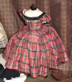 Les poupées Huret. Plaid doll dress. (Girl's style.)