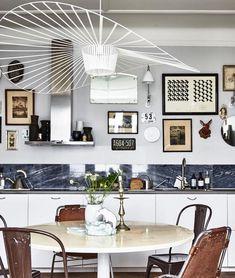 décoration cabinet de curiosités visite cuisine avec table ronde pour dejeuner espace repas lampe vertigo blanche decoration vintage marbre bleu accumulation de cadres