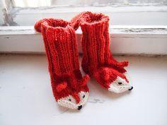 Vielä on hieman aikaa kutoa viimeiset joululahjat, joten puikot heilumaan! Lapaset tai pienet sukat valmistuvat nopeasti, tässä nyt pari vin...