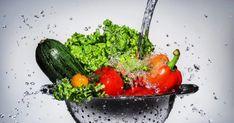 Каждый профессионал общественного питания должен понимать, как важно мыть свежие продукты и регулярно выполнять уборку в ресторане. Согласно FDA, коронавирус не распространяется при употреблении
