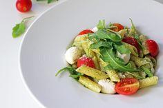 Σαλάτα Ζυμαρικών με Πέστο Βασιλικού, Τοματίνια, Μοτσαρέλα και Ρόκα Caprese Salad, Cobb Salad, Healthy Alternatives, Pesto, Chicken, Food, Sweets, Goodies, Meals