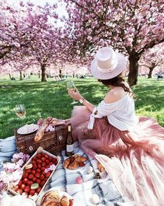 Notes From A Stylist wine picnic in Paris Picnic Photography, Wine Photography, Fantasy Photography, Beach Picnic, Summer Picnic, Carne Asada, Picnic Fashion, Picnic In Paris, Spring Aesthetic