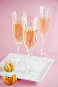 Pour 4 ounces champagne or sparkling wine into a brandy snifter. Fill with 6 ounces orange juice. Champagne Cocktail, Sparkling Wine, Pink Champagne, Pinot Noir Wine, Yummy Drinks, Pink And Gold, Rose Gold, Wines, Berries