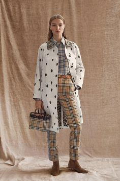 See all the Collection photos from Burberry Autumn/Winter 2019 Pre-Fall now on British Vogue Fashion Runway Show, Fall Fashion Trends, Fashion Show Collection, Fashion Week, Trendy Fashion, Winter Fashion, Fashion 2017, Spring Fashion, Vogue