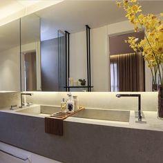 Banheiro l Cuba dupla esculpida e espelho retroiluminado, bacanérrimo!!! Projeto @c_arq #bathroom #bath #revestimento #homestyle #interiordesign #lamp #arquiteta #decoração #interiores #luxurydesign #luxuryhomes #cool #photo #architecture #arquitetura #design #inspiration #glamour #sunday #decoracion #blogfabiarquiteta #fabiarquiteta http://www.fabiarquiteta.com