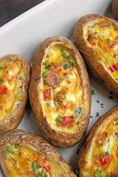 These Paleo Egg Potato Boats are a fun and filling breakfast. Packed wit… These Paleo Egg Potato Boats are a fun and filling breakfast. Packed with sausage, peppers, green onions and of course eggs. They are gluten free, dairy free, and low FODMAP. Lunch Recipes, Healthy Dinner Recipes, Real Food Recipes, Breakfast Recipes, Vegetarian Recipes, Cooking Recipes, Yummy Food, Breakfast Casserole, Breakfast Muffins