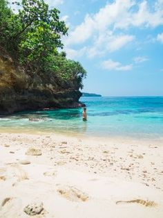 Nusa Ceningan, just off the coast of Bali, Indonesia. Click through to read more about this tropical gem!