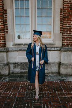 College Graduation Photos, College Senior Pictures, Graduation Picture Poses, College Graduation Pictures, Graduation Portraits, Graduation Photoshoot, Graduation Photography, Girl Senior Pictures, Grad Pics