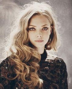 10 Things You Didn't Know about Amanda Seyfried – Celebrities Woman Photo Portrait, Portrait Photography, Pretty People, Beautiful People, Jenifer Lawrence, Christmas Hairstyles, American Actress, Hair Makeup, Hair Beauty
