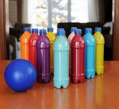 """Kegeln - ob draussen oder drinnen. Einfach aus """"Müll"""" selbst gemacht: Man nehme 9 Plastikflaschen, schüttet ein wenig Farbe mit Wasser hinein (Dispersionsfarbe von der letzten Renovierung eignet sich hervorragend) und schüttelt kräftig. Trocknen lassen, zur Hälfte mit Sand auffüllen, Deckel zuschrauben, einen Ball holen, fertig!"""