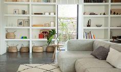 The Socialite Family | Chez Tessa #design #deco #decoration #interieur #interior #lifestyle #artdevivre #amsterdam #inspiration #scandinave #scandinavian #wood #bois #livingroom #sofa #salon #canapé #grey #gris #cosy #basket #panier #thesocialitefamily