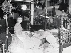 Gone with the Wind - The crew films a scene where Scarlett, played by Vivien Leigh, helps in a Confederate hospital. Image courtesy of Harry Ransom Center. Vivien Leigh, Golden Age Of Hollywood, Old Hollywood, Classic Hollywood, Old Movies, Great Movies, Wind Movie, Gorgeous Movie, Margaret Mitchell