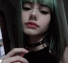 makeup green – Hair and beauty tips, tricks and tutorials Aesthetic Hair, Bad Girl Aesthetic, Aesthetic Makeup, Aesthetic Grunge, Grunge Girl, Grunge Style, Soft Grunge, Hair Inspo, Hair Inspiration