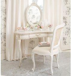 Weißer Schminktisch mit vintage Spiegel und Stuhl