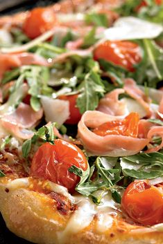 You might not actually be eating dinner on Italy's Amalfi coast, but this healthy prosciutto arugula pizza recipe sure tastes like it! Healthy Comfort Food, Comfort Foods, Arugula Pizza, Perfect Pizza, Grilled Peaches, Roasted Peppers, Cook At Home, Weight Loss Meal Plan, Prosciutto