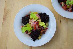 von kuechenereignisse.com  Saurer Lachssalat mit schwarzen Reiskugeln