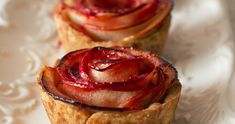 The Joys of Baking: Why get someone actual roses when you could bake them these mini apple rose pies instead? Apple Rose Pie, Apple Roses, Apple Tarts, Mini Desserts, Just Desserts, Dessert Recipes, Food Cakes, Biscuits Graham, Mini Apple