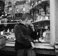 Freek Aal - Speelgoedwinkel rond de viering van Sinterklaas ( Toy shop around the celebration of St. Nicholas), Amsterdam (1952-1962). S)