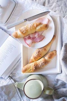 Jeden z nejcitovanějších receptů facebookové skupiny PečemPecen. Nejlepší je připravit si je večer, stočit a dát na noc do lednice. Ráno s nimi šup do trouby a za 15 minut máte na stole teplé rohlíky jako z pekárny!