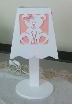 Abajur em MDF pintado de branco com fundo rosê. <br>Tema Urso <br>Vendido separadamente ou em conjunto com outros itens.