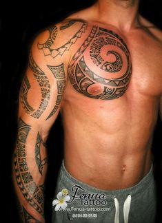 tatouage polynésien épaule bras complet et poitrine musclée homme