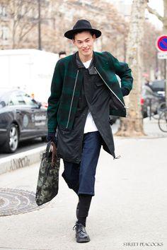 Kim Won Joong Street Layer on layer Fashion Week, Boy Fashion, Korean Fashion, Mens Fashion, Men Street, Street Wear, Model Street Style, Vogue, Korean Men