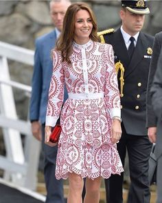 Homenageando o Canadá, #KateMiddleton escolheu um vestido @alexandermcqueen nas cores da bandeira do país para o tour que faz agora por Vancouver. A peça já entrou para nossa wishlist! #royalfamily