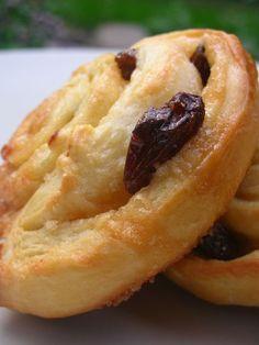 Voici une spécialité de mon petit pays... de la pâte levée, de la cassonade, du beurre et des raisins secs... du bonheur à chaque...