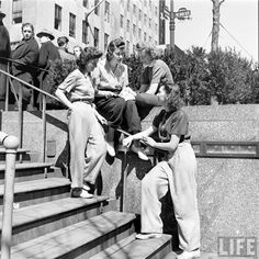 A group of beautiful young 1940s women wearing trousers and casual blouses. #vintage #pants #1940s #fashion