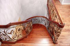 Neben ihrer hochwertigen Verarbeitung ist es vor allem das aufwendig gefertigte Kunstschmiedegeländer der Treppe, mit dem STREGER seine Kompetenz in Sachen traditionelles Kunsthandwerk zeigt.