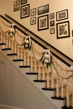 46 Unique DIY Hang Ornaments Stair Railing Ideas For Christmas Decor Christmas Stairs Decorations, Diy Christmas Garland, Beautiful Christmas Decorations, Noel Christmas, Simple Christmas, Christmas Hallway, Apartment Christmas, White Christmas, Xmas Stairs