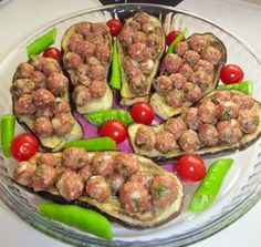Misket köfteli patlıcan sandalı gerek görüntüsü gerekse lezzetiyle sofralarınıza renk katacak bir tariftir. Köfteli patlıcan sandalı tarifi için tıklayın.