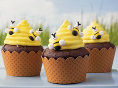 Bee Hive Cupcakes Betty Crocker® FUN da-Middles™ chocolate cupcake mix and frosting come together in these decorative beehive cupcakes - perfect dessert to impress your guests. Cupcakes Design, Cupcakes Au Cholocat, Cupcakes Cool, Cookies Cupcake, Spring Cupcakes, Cupcake Mix, Cupcake Wars, Birthday Cupcakes, Cupcakes Kids