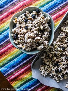 Vegan Blueberry Vanilla White Chocolate Popcorn from Fragrant Vanilla Cake Vegan Popcorn, Sweet Popcorn, Popcorn Snacks, White Chocolate Popcorn, Vegan White Chocolate, Whole Food Recipes, Snack Recipes, Dessert Recipes, Raw Vegan Recipes