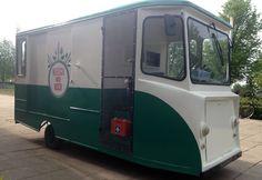 Vleesch Noch Visch verzorgt catering op locatie vanuit een oude Spijkstaal melkwagen uit 1968. Wat toen 'gewoon' was, is nu helemaal hip: het karretje rijdt 100% elektrisch! Ideaal voor #ecobruiloft #biologischebruiloft