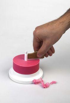 Swiss soap est un projet du designer suisse basé à Munich, Max Neustadt. Ce distributeur de savon est inspiré d'un outil appelé girolle, destiné à couper de très fins copeaux de « tête de Moine », un fromage AOP de la région de Bern. Cet outil fonctionne selon un principe de manivelle qui avec une légère pression active une lame rotative qui permet en un tour de manivelle de détacher des copeaux de matière. Un tour de Swiss soap est suffisant pour se laver les mains. L'objet est à la fois…