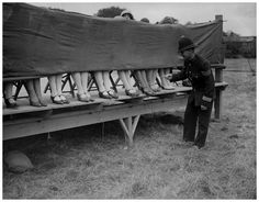 A police officer judges an ankle competition in London. 1930 934×730 пикс
