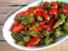 I friggitelli sono dei piccoli peperoncini verdi dolci, non piccanti che vengono cucinati soprattutto fritti. In questa ricetta sono abbinati ai pomodorini