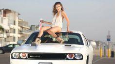 De prachtige Bo Osinski samen met een witte Dodge Challenger.