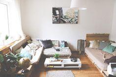 Wohnzimmer-Bereich mit Sofa und Couchtisch aus Europaletten.  Wohnung in Düsseldorf.  #Düsseldorf #Wohnung #Europaletten #livingroom