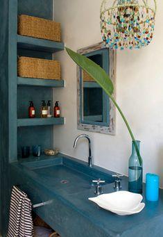 Concrete counters and adorable chandelier!Béton coloré pour une salle de bain Cosy!