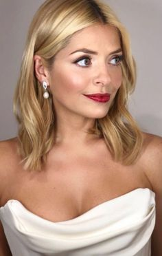 Holly Willoughby does use Garnier hair dye Garnier Hair Dye, My Hairstyle, Cool Hairstyles, Holly Willoughby Hair, Casual Curls, Thing 1, Blonde Women, Face Hair, Hot Blondes