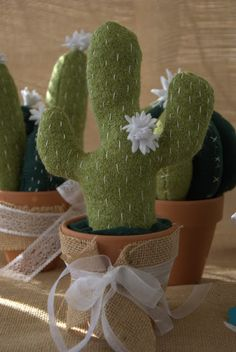 Add running stitch to look like prickles and felt flowers Cactus House Plants, Tiny Cactus, Cactus Pot, Cactus E Suculentas, Cactus Planta, Cactus Craft, Cactus Decor, Fun Crafts, Diy And Crafts