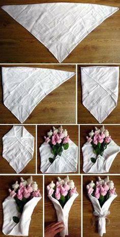 Flores envueltas en servllieta de tela