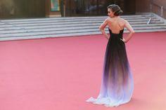 """Pin for Later: Lily Collins entscheidet vielleicht schon frühzeitig das Rennen um """"Outfit des Jahres"""" für sich Seht euch diese Schleppe an"""