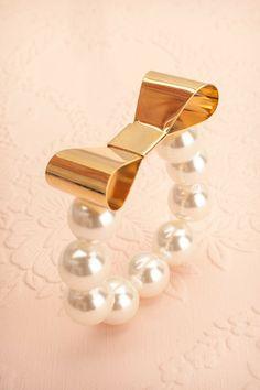 Aldara ♥ D'immenses perles et une boucle d'or, pour que vous puissiez vous imposer.   Colossal pearls and a golden bow so you can impose yourself.  Diamètre / Diameter: 6 cm  Hauteur: 1,5 cm