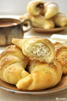 Quickly and easily krouasanakia stuffed with cheese and hazelnut praline / Quicker crescent rolls stuffed with cheese or nutella Greek Appetizers, Greek Desserts, Finger Food Appetizers, Greek Recipes, Finger Foods, Sausage Roll Pastry, Food Network Recipes, Cooking Recipes, Greek Pastries