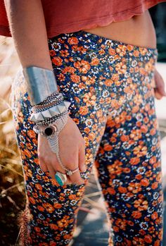 Have never been into this style of bracelet/ring combo..but this makes me wanna give it a try. Hippie Style, Hippie Chic, Hippie Bohemian, Bohemian Style, Boho Chic, Gypsy Style, Hippie Masa, Floral Leggings, Floral Pants