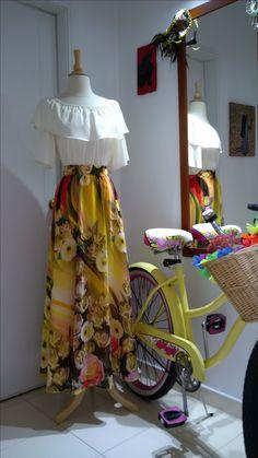 Conjunto de blusa campesina en seda y falda en chifón.