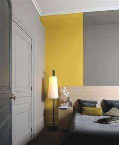 Plutôt que de peindre tout un mur de chambre d'une seule couleur, pourquoi pas associer le gris à une large bande de couleur chaude ? L'avantage du gris est qu'il cohabite bien avec la plupart des couleurs, mais on aime particulièrement l'alliance du gris souris, du gris ardoise avec le jaune moutarde qui fait son retour en force dans les nuanciers peinture !